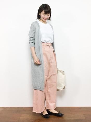 ホワイトのTシャツとピンクのパンツをつなぐのは、軽やかなライトグレーのカーディガン。羽織りの丈が長いときは、トップスをINしてバランス調節を。
