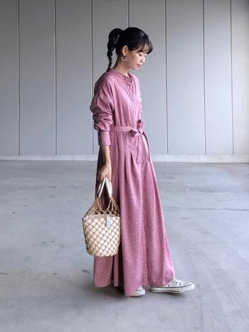 ピンクのマキシ丈ワンピースをスニーカーでカジュアルダウン。バッグは今季も注目のメッシュタイプで。