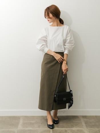 デザイン性の高いタイトスカートを選べば、カジュアルさが抜けて清楚な印象に見えます。特にラップスカートは、履くだけでおしゃれかつ知的なムードを演出してくれるのでおすすめです。落ち着いた色合いもいいですよね。オフィスでは、シャツや革小物などでカジュアル過ぎないようまとめてみて。