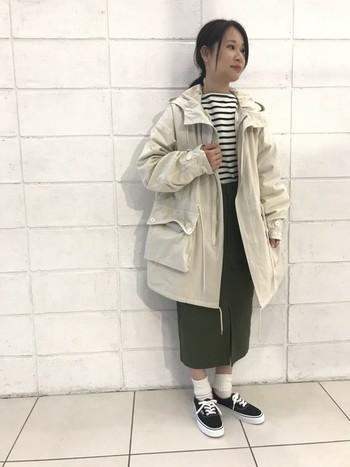 オーバーサイズの明るめミリタリージャケットに濃いカーキのスカートをあわせることによって、膨張することなくキリっと引き締め効果が出ていますよね。スカートがロング丈なのですらりとIラインに仕上げスタイルアップを叶えてくれています。