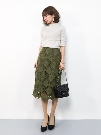 オフィスにも履いていきやすいレースのタイトスカート。レーススカートは可憐な雰囲気が出やすいですが、カーキならほどよく、大人女性にぴったりの色味ではないでしょうか。シンプルでもサマになる主役級スカートです。