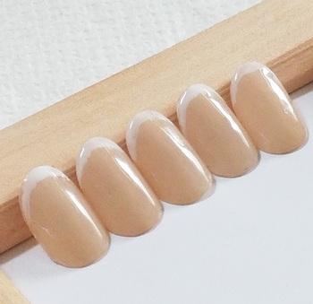 爪先に色を乗せるフレンチネイルは、定番ゆえにバリエーションが豊富。色の乗せ方がユニークな変形フレンチや、爪の真ん中あたりにまで色を塗るハーフフレンチなど、工夫を凝らしたさまざまなデザインが登場しています。  そんな中、少し前から注目されているのが「細フレンチ」。爪先から数mmの範囲にだけ色を乗せるアートで、手元に女性らしい繊細さと上品さを演出できます。  今回は、オフィスにもおめかしDAYにもぴったりな、「細フレンチ」のデザインパターンをご紹介します!
