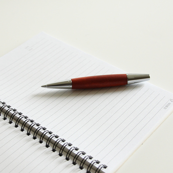 """インクを取り替えられるボールペンは、繰り返し使えるので""""エコ""""な文房具。長く愛用できるような、ちょっと上質な物を選んでみませんか?"""