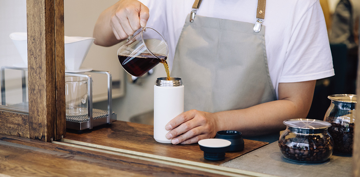 コーヒーをテイクウトする時も、タンブラーに注いでもらえばとってもエコ。保温効果や口当たりまで計算された構造になっているので、飲み物の美味しさをしっかりキープしてくれます。
