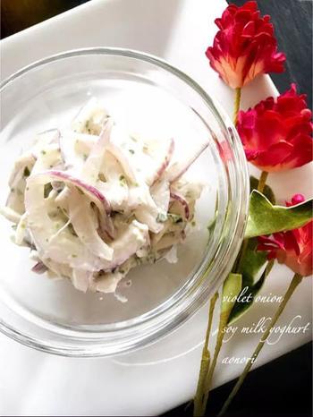 こちらは、青のりを使って和風の香りをプラスしたもの。和の調味料や食材を入れると、なじみのある味になります。また、このレシピでは豆乳のヨーグルトを使って、さっぱりとした味に仕上げています。紫玉ねぎを使うのも、きれいでいいですね。