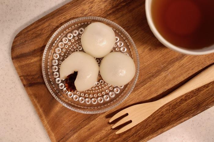 もちもちとした食感と、やさしい蜜の甘味がどこか懐かしい、こちらの「みたらしだんご」。  冷凍保存で、食べたい分だけ解凍して食べられるので、日持ちの気になる和菓子ですがストックしておくことが可能です。お腹もちも良く、温かいお茶との相性もぴったりなので、お腹も心もほっと満たされる一品です。
