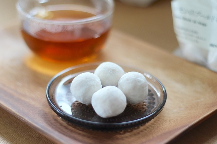 一粒においしさがギュッと詰まった「ブールドネージュ」は、【無印良品】でも人気のお菓子。  粉糖をまぶしたボールを口に入れると、サクッとした食感のすぐ後には、アーモンドの生地がほろほろと口の中で広がります。紅茶やコーヒーとの相性も抜群♪いつもより少し贅沢な気分が味わえるお菓子です。