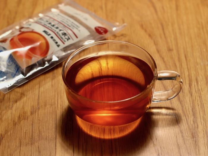 お茶の色合いや透明感がガラスに映えて、見ているだけで心も穏やかになりそう。  ちょっとこだわって、カットしたフルーツと一緒に紅茶を淹れれば、華やかなフルーツティーのできあがり* お気に入りのマグを使えば、いつもより、丁寧にお茶を淹れたくなりますよね。