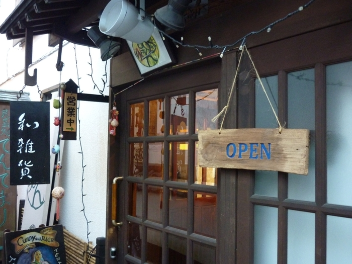 路地裏にひっそりと佇む、昭和レトロな和カフェ「茶房 てまり」。懐かしい雰囲気が漂います。