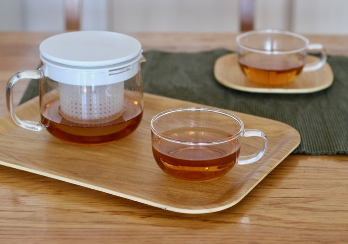 「耐熱ガラスシリーズ」からは、ティーポットも出ています。  大きめのポットなので、ティータイム中にお茶を切らす心配もなし。ストレーナーは外すこともできるので、大きめの茶葉のときは外して使うことができます。ゆっくりと茶葉が広がっていく姿が見えたら、お茶が美味しく入っている証拠。思わずセットで揃えたくなるアイテムです。