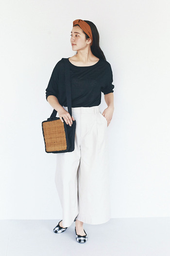 黒い洋服は、春夏コーデでは重たく、暑苦しい雰囲気になりやすいもの。しかし、首回りの空いたデザインを選べば、重くなりすぎず、軽やかな印象に仕上がります。
