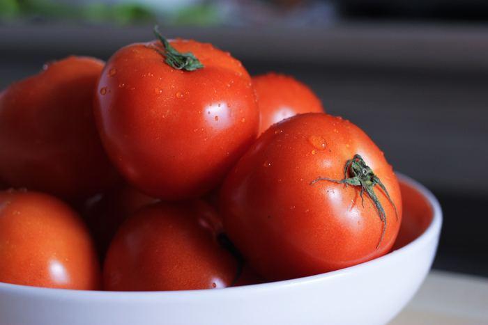 トマトジュースやソースなどで有名の「カゴメ」によると、リコピンはオイルと一緒にとることや、加熱してとるほうが吸収率が高いのだそう。さらに、夜トマトダイエットが流行しましたが、リコピンの吸収でいえば朝のほうがいいそうですよ!