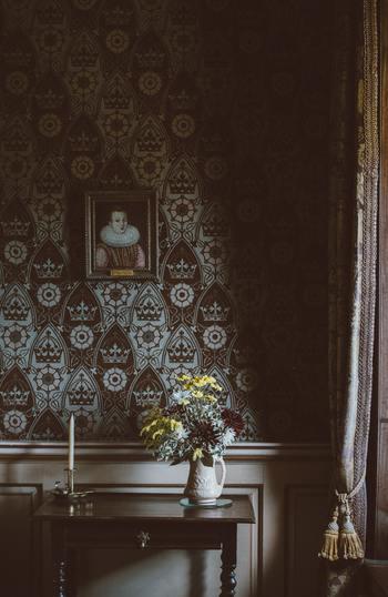 アンティークのテーブルは、小さくても、美しい存在感があります。  壁際においてオブジェを飾ったり、読書をするときの珈琲テーブルとして傍らに置いたり。お部屋の雰囲気づくりと実用を兼ね備えた素敵なアイテムなんですよ。  こちらのテーブルは「コンソールテーブル」という、壁につけて使うタイプのものです。お花やキャンドルを飾るのにぴったり。