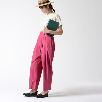 パンツの裾から足首を覗かせるだけで、メリハリが生まれてスタイルUP効果も。