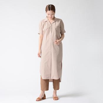ロング丈のシャツワンピはストレートなシルエットでラフになりがちですが、パンツを合わせて、細い足首を見せることで、全体を引き締まった印象に変えてくれます。