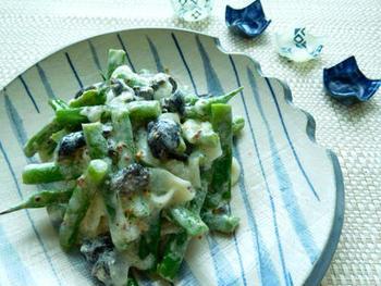 玉ねぎといんげんをヨーグルトドレッシングで和えたイタリアン風味の一品。玉ねぎヨーグルトを常備していれば、簡単にできますね。