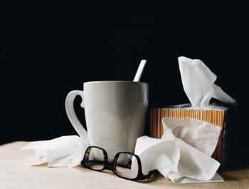 一般的には「黄色い鼻水や痰が出てきたら治りかけのサイン」とされていることが多いようです。 しかし、風邪の症状は人それぞれ。咳や鼻水、ダルさなど、いつもにはない違和感がどこかに少しでも残っていれば「まだ完治していない」と考えて。