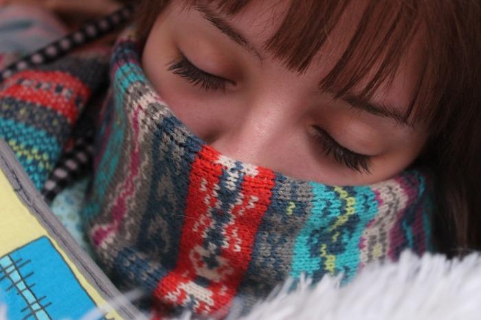 平均的に風邪の完治には1週間~10日かかると言われています。症状のピークは2~3日でおさまったとしても、まだ体の中にはウイルスが残っています。再度具合が悪くなったり、ウイルスを周囲にうつしてしまう恐れも。 軽い風邪だと思っても1週間は様子を見ましょう。1週間以上症状が治らない場合は、病院で診断を受けてください。