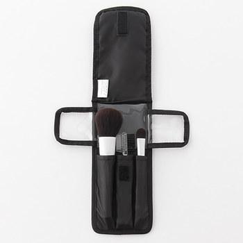軽くて薄い無印良品のナイロンメイクブラシポーチ。とってもコンパクトなブラシケースは、必要最低限のブラシなどを持っていく携帯用や旅行などに非常に便利なブラシポーチです。