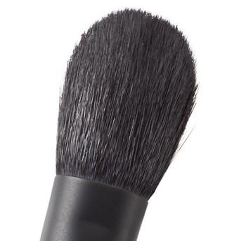 チークブラシの毛先は丸いタイプのものが一般的に使われています。ボリュームがあり丸くなっているブラシは、頬にふんわりと自然にチークを乗せることができます。ナチュラルメイクを好む人は柔らかな天然毛で、毛にボリュームのあるブラシを選ぶことで、自然な発色に仕上げることでできるのでおすすめです。
