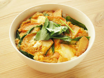 関西では一般的な、かまぼことネギを卵でとじた丼。ちくわやさつま揚げなどの練り物で作ることもあるようです。かまぼこから良い出汁が出て、シンプルですが美味しいですよ。