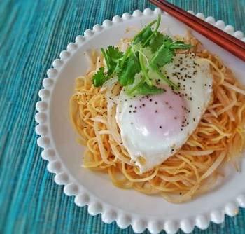 甘酸っぱいソースが特徴のタイの麺料理「パッタイ」風の焼きそば。もやしは茹ですぎないように注意してくださいね。目玉焼きやスライス玉ねぎがあれば、さらに本格的になりますよ。
