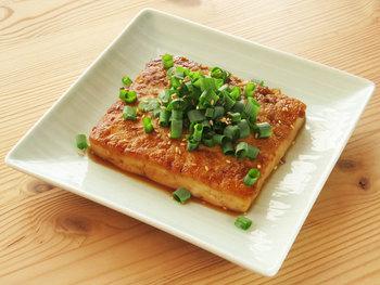 ごはんにもお酒にもピッタリな豆腐ステーキ。ソースにだしの素を加えることで、豆腐にぐっと旨みが増します。豆腐に焼き目をしっかりつけるとソースが絡みやすくなりますよ。
