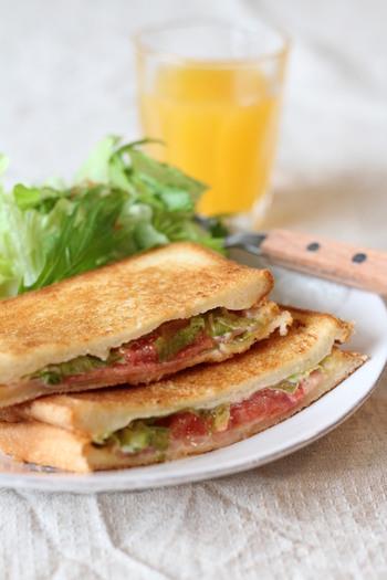 みんな大好きなBLTもフライパン一つでパパッと作れてしまいます。食パン2枚で具材を挟んで焼きます。やかんを重石の代わりに使うのがコツです。お好みでチーズや卵を入れても美味しいですよ。