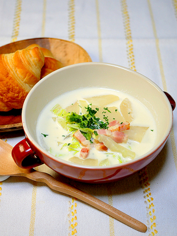 生クリームと牛乳を使ったスープです。温かいスープは、まだ肌寒い朝には嬉しいですね。白菜のしんなりとした食感とクリーミーさは相性抜群です。食材を炒める時は、ベーコンから出る油のみで調理するので、あっさりとした口当たりです。パンに浸して食べるのもおすすめですよ。