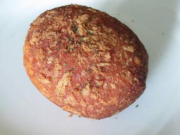 名物のひとつである、スコッチエッグカレー。まろやかなカレーと半切りにしたゆで卵が入ってボリュームたっぷり。  このほか、牛肉をふんだんに使用したビーフカレーやトロトロになるまで煮込んだ牛すじ煮込みカレーも人気です。