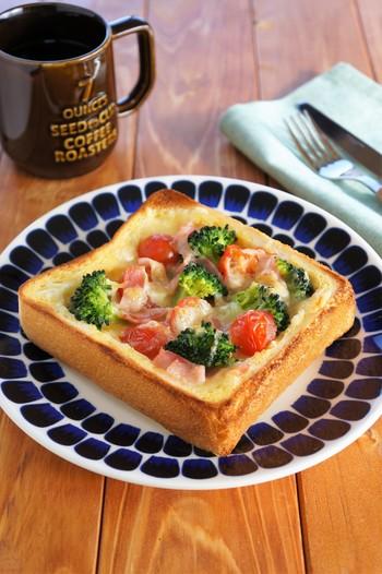 食パンがグラタン皿になったような、見た目も鮮やかな一品です。パンの中央部にくぼみを作り、そこへ具材を入れてオーブントースターで焼きます。一枚の食パンに卵、牛乳、チーズ、野菜がギュッと詰まった頼もしい朝食です。