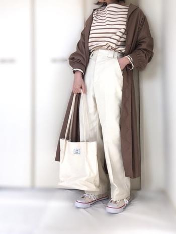 こちらのコーディネートは、ボーダーTシャツとチノパンの組合せが爽やかな雰囲気ですね。ホワイト×ブラウンの上品な色合わせも、春夏シーズンにぴったりです。ハイウエストデザインなら脚長効果も期待できて、裾をタックインした時にもかっこよく決まります。