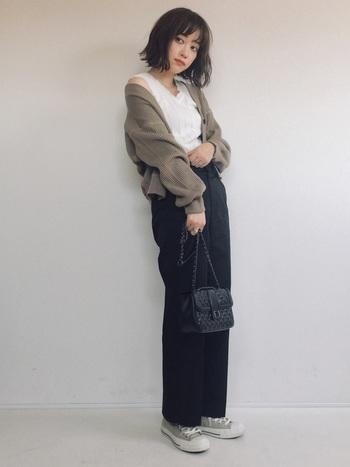 こちらはシックなブラックのチノパンツに、ボリューム袖が可愛いカーディガンを合わせた大人カジュアル。デコルテを美しく見せるVネックニットや、エレガントな雰囲気のキルティングバッグなど。女性らしいアイテムの組み合わせ方も、お手本にしたい素敵なコーディネートです。