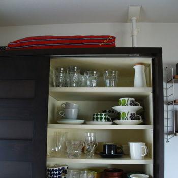 ワンルームなどスペースのゆとりが少ない部屋に背の高い家具を置いてしまうと、それが倒れてしまった際、閉じ込められてしまって身動きが取れなくなるおそれがあります。 写真のように、耐震グッズは必ずつけるようにしましょう。