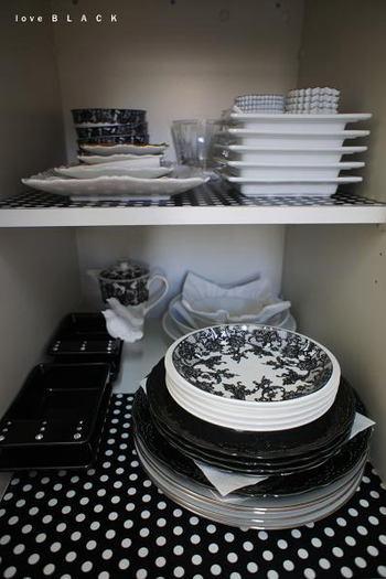 お皿の下に滑り止めのシートを敷いておくことで、地震対策になります。食器やインテリアに合ったデザインのシートは防災対策しながらコーディネートも楽しめますよ。