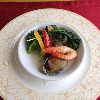 季節ごとに伊勢海老をふんだんに使った豪華メニューを提供。車内の料理とは思えない充実ぶりです こちらは「伊勢海老特急・イタリアンコース」の一品。