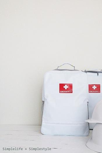 スタイリッシュなデザインの非常用避難袋です。 サイズは290×385×130mmでコンパクトサイズなので場所を取りません。 リュックサック自体も燃えにくい素材で、防水加工されており、暗い場所でも光る畜光剤が装備されています。