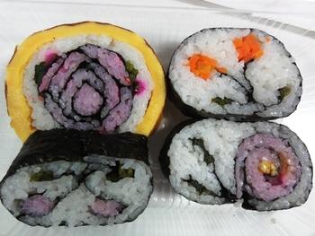 房総の郷土料理「祭り寿司」。手づくり感があって、ほっこりした気分になれる美味しさです。1切れでもボリュームがあるので、みんなで分け合って食べるのがおすすめ。