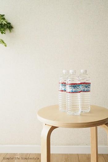 まずは水をストックしておきましょう。 2Lサイズは重たいので、軽く手に持つことができる500mlサイズを何本か揃えておきましょう。
