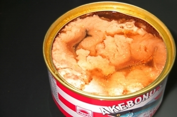 一人暮らしさんの普段の食生活にも一役買ってくれる缶詰。 賞味期限を確認し、古いものから順次、普段の食事に使いながら買い足してストックしておきましょう。