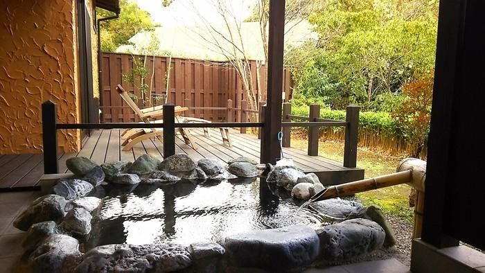 1日3組限定の温泉宿。四季折々の自然に囲まれ、全室に露天風呂がついています。