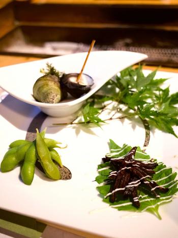 夕食は、本館の囲炉裏で。千葉県産の海鮮やお肉、野菜の炭火焼を中心とした会席がいただけます。