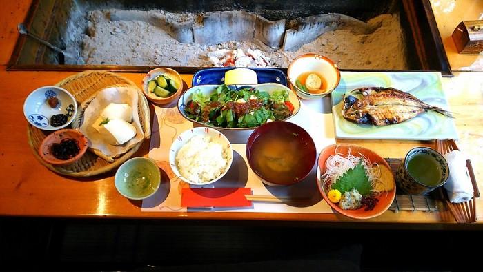朝ごはんも囲炉裏端で。海の幸が有名な房総ですが、太陽の恵みをたっぷり浴びて育った野菜やお豆腐なども美味です。