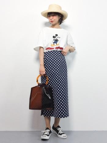 女性らしいシルエットが魅力のペンシルスカートは、カジュアルなアイテムに合わせても大人っぽくなります。クリアバックでトレンド感もプラスしてみて。
