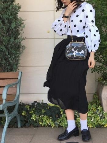 黒と白のツートンコーデがクラシックな印象。シンプルながらも、存在感のあるボリューム袖がセンス◎