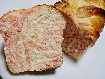 それでも、やっぱりイチオシはパン! イチゴのクリームがマーブル状にブレンドされた「イチゴのクリームリッチロール」。ふわっふわの食感で、やさしい甘さです。