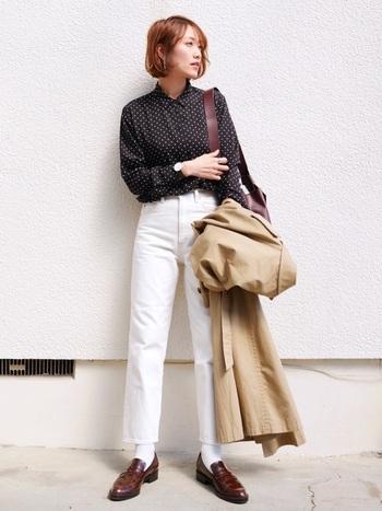 ユニクロのとろみシャツと合わせて落ち着いた印象に。ブラウンのローファーでかっちりとカッコよく。