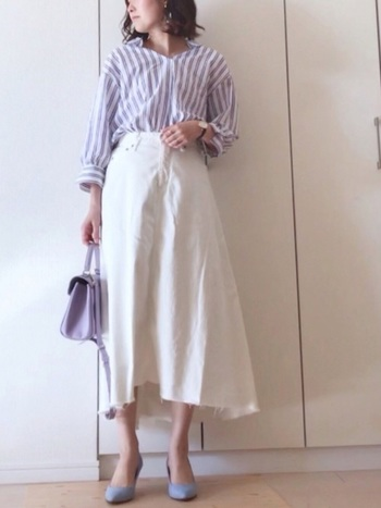 ホワイトのデニムスカートにブルー系のストライプシャツを合わせて。バッグや靴もブルー系で揃えると統一感が生まれます。