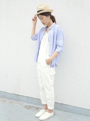 細身のサロペットですっきりと。ブルーの7分袖のシャツと合わせて爽やかに着こなします。