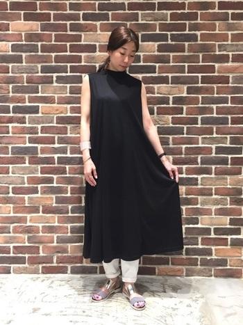 ワンピースの裾から白デニムをちらりとのぞかせて。黒の分量を多くすることで、大人っぽい落ち着いた着こなしになりますね。